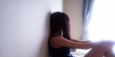 窓を見つめる女性