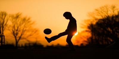 夕日とサッカー少年